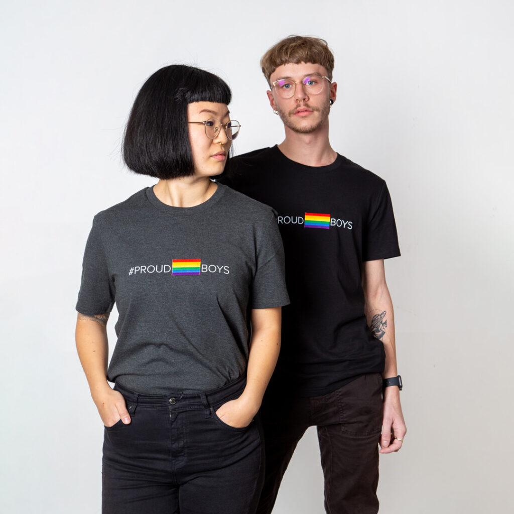 Vollansicht beider Models mit den Proudboys Shirts in dunkelgrau und schwarz